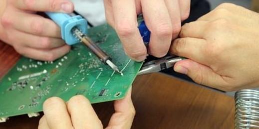 集成电路拆卸检修   1、多股铜线吸锡拆卸法:   就是利用多股铜芯塑胶线,去除塑胶外皮,使用多股铜芯丝(可利用短线头)。使用前先将多股铜芯丝 上松香酒精溶液,待电烙铁烧热后将多股铜芯丝放到集成块引脚上加热,这样引脚上的锡焊就会被铜丝吸附,吸上焊锡的部分可剪去,重复进行几次就可将引脚上的焊锡全部吸走。有条件也可使用屏蔽线内的编织线。只要把焊锡吸完,用镊子或小一字螺丝刀轻轻一撬,集成块即可取下。   2、吸锡器吸锡拆卸法:   使用吸锡器拆卸集成块,这是一种常用的专业方法,使用工具为普通吸、焊两用电烙铁
