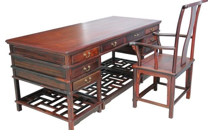 红木家具,更是成为大众收藏视线中的焦点,带动了人们崇尚珍贵红木的热情。   红木古典家具不仅具有实用、美观和艺术价值,还具备很高的收藏价值。无论是材质质量,还是传统技艺都有着其自身独有风格和特点。   收藏初始,看木料   收藏红木家具,第一点就是看它的木料材质。收藏专家也曾坚定地表示过:木料越好,收藏价值就较高。因为这和红木的稀缺***息相关。   近几年,随着各国环保意识的加强,以及《濒危野生动植物种国际贸易公约》(简称CITES公约)的出台,使得这些原本就稀少的红木树种,更加的稀缺与珍贵,