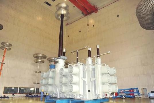 调压变压器与主变压器主体通过架空管母线进行连接,构成一台完整的