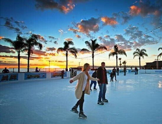资料图   在布鲁克林的众多街区中,达客高地以其圣诞节亮丽的彩灯尤为出名。每到圣诞,达客高地立刻被节日气氛所包围,各家各户纷纷张灯结彩,偌大的住宅区融化在一片五光十色中。其中最引人瞩目的就是真人大小的滑冰者雕像,以及70英尺高的玩具士兵。该景点最好的观赏时间是12月中旬的下午5点到晚上9点。   爱尔兰都柏林12个酒吧的狂欢   在爱尔兰,每逢圣诞,狂欢者们都要轮流去12个酒吧,在每个酒吧都要喝完1品脱(约合0.